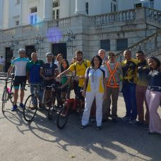 Ciclistas fazem pose na porta do Palácio da Cidade: evento marcou a criação da APCC do Porto, área para treinamento em segurança. Foto: Marco Antonio Rezende / Prefeitura do Rio