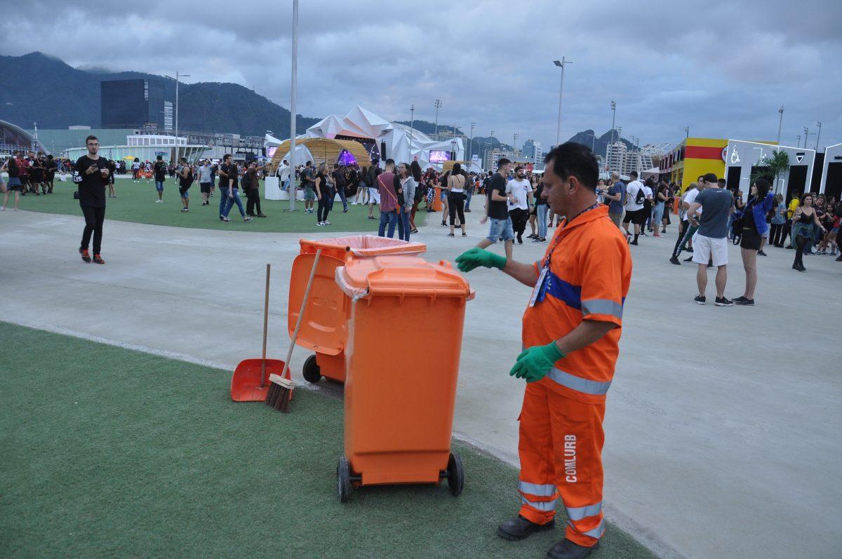 Gari atua na limpeza da Cidade do Rock, durante o Rock In Rio 2019: Comlurb foi contratada para fazer o serviço. Foto: Nelson Duarte / Prefeitura do Rio