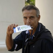 Mario Gomes, ator e galã da TV nas décadas de 1980 e 1990, exibe o crachá do programa Ambulante Legal. Foto: Marco Antonio Rezende / Prefeitura do Rio
