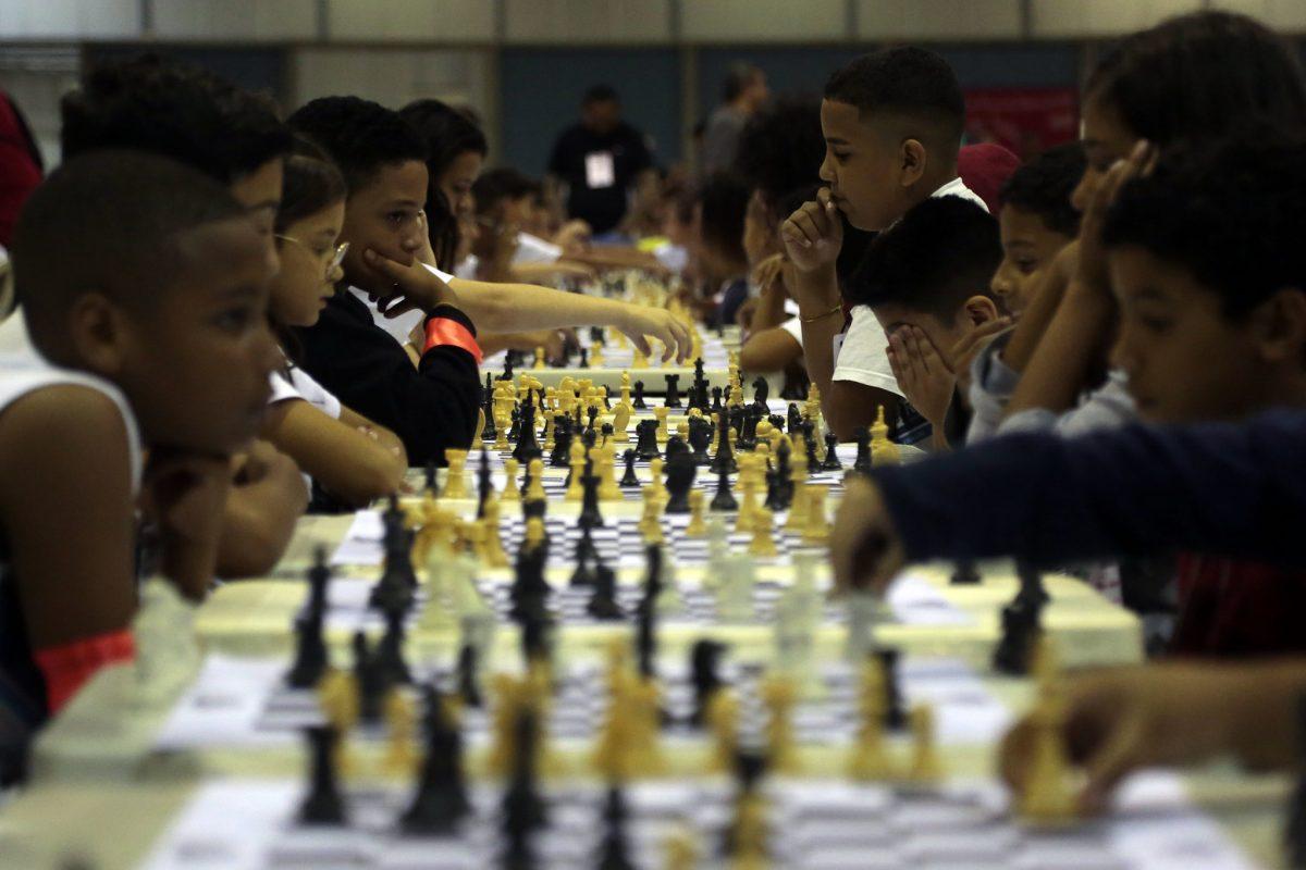Projeto Heróis do Tabuleiro reúne crianças de 7 a 15 anos em jogos simultâneos de xadrez. Secretaria Municipal de Educação usa o jogo de tradição milenar para melhorar o aprendizado em sala de aula. Foto: Marcos de Paula / Prefeitura do Rio