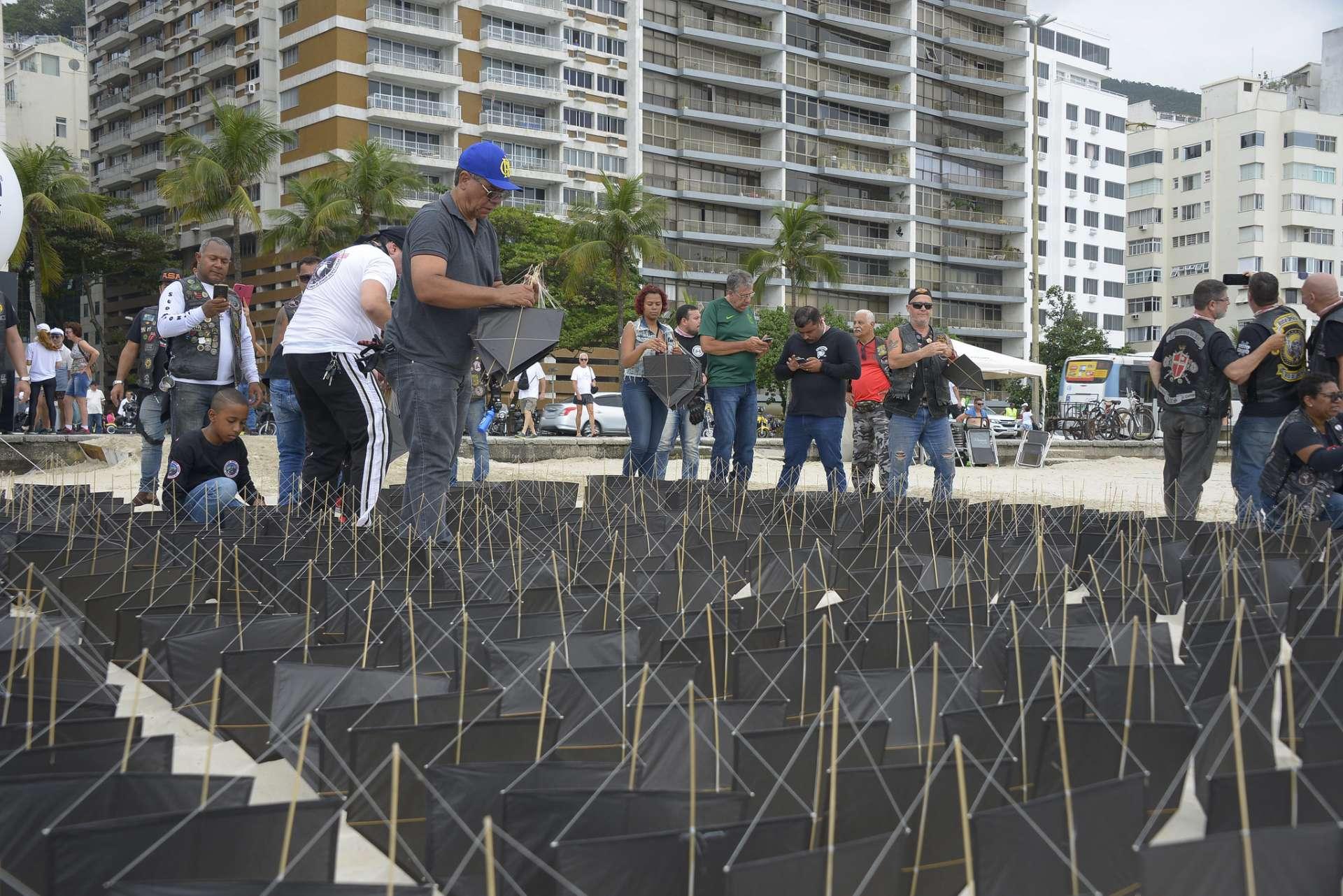 Pipas pretas são usadas em protesto contra o uso de cerol