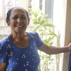 Dona Angelita comemorou a aquisição do RGI. Foto: Mariana Ramos / Prefeitura do Rio