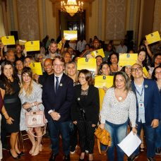 Representantes das instituições que participam do Cadeira Cativa exibem seus certificados em companhia do secretário de Cultura. Foto: Marcelo Piu/Prefeitura do Rio