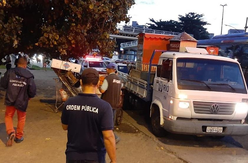 Agentes apreenderam mercadorias irregulares vendidas por ambulantes. Foto: Divulgação / Seop