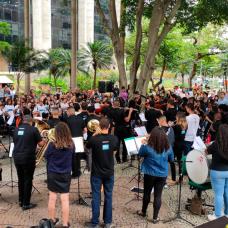 Orquestra formada por alunos de escolas municipais faz concerto natalino na sede da Prefeitura