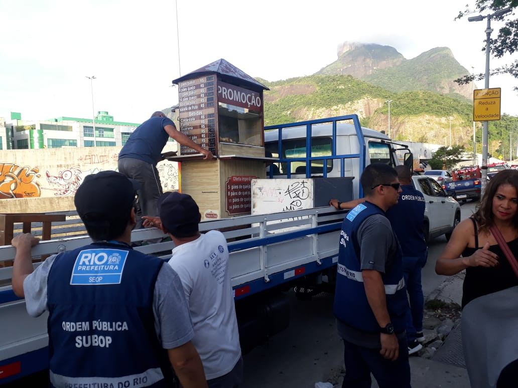 Agentes da Prefeitura fazem fiscalização no Jardim Oceânico. Foto: Divulgação / Seop