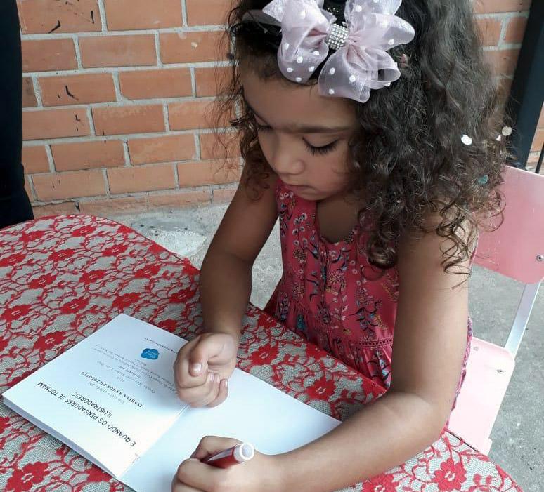 Alunos do maternal de creche municipal lançam livros de ilustrações