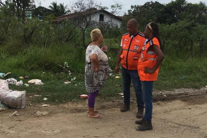 Técnico da Defesa Civil orienta morador no Jardim Maravilha. Foto: divulgação