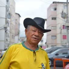 """Arnaldo, agora um feliz proprietário do apartamento onde vive, em Triagem. """"Morei em muita casa que não era minha. E isso era desesperador"""", contou. Foto: Marco Antonio Rezende / Prefeitura do Rio"""