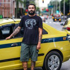Daniel de Castro Pereira Paes é taxista: bermuda para enfrentar o verão carioca