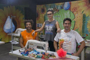 Integrantes do bloco Vagalume, O Verde e as máquinas usadas na confecção de figurino