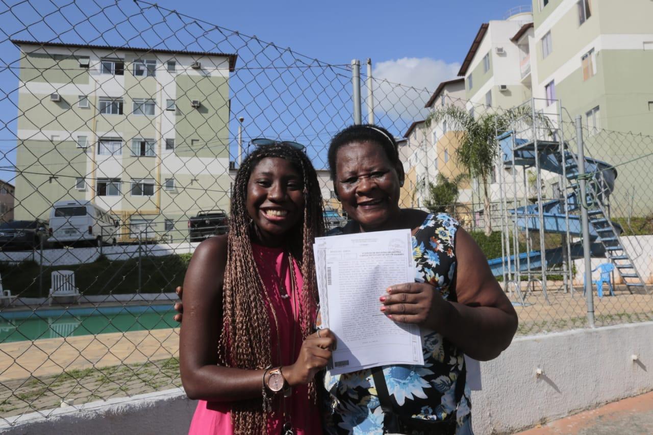 Daniele e a avó, Leda, realizaram o sonho da casa própria no Parque Carioca. Foto: Marcos de Paula / Prefeitura do Rio