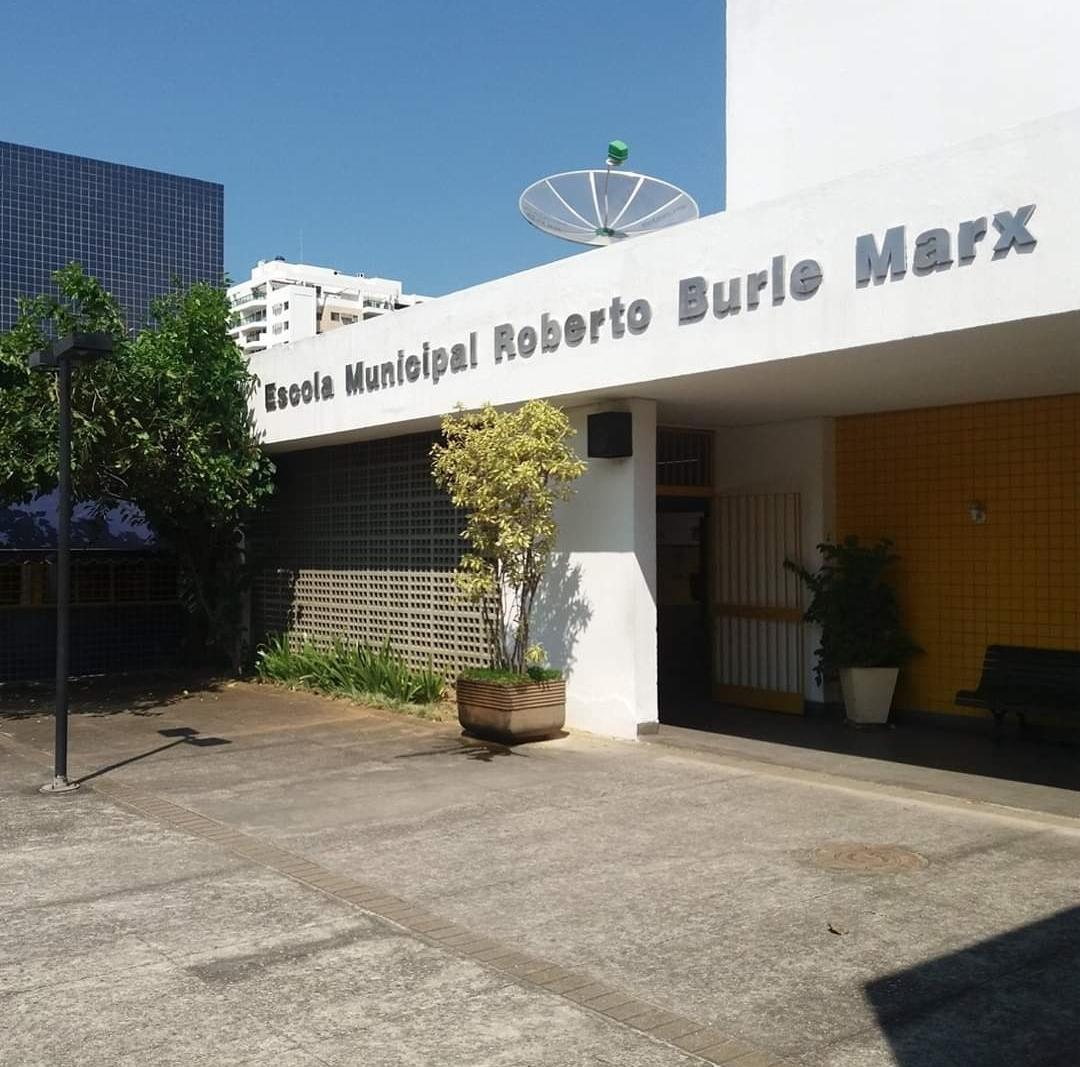 A entrada da Escola Municipal Roberto Burle Marx, em Curicica
