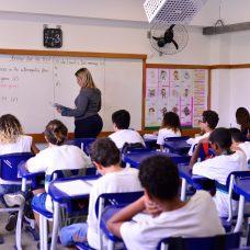 Professor dá aula em escola carioca