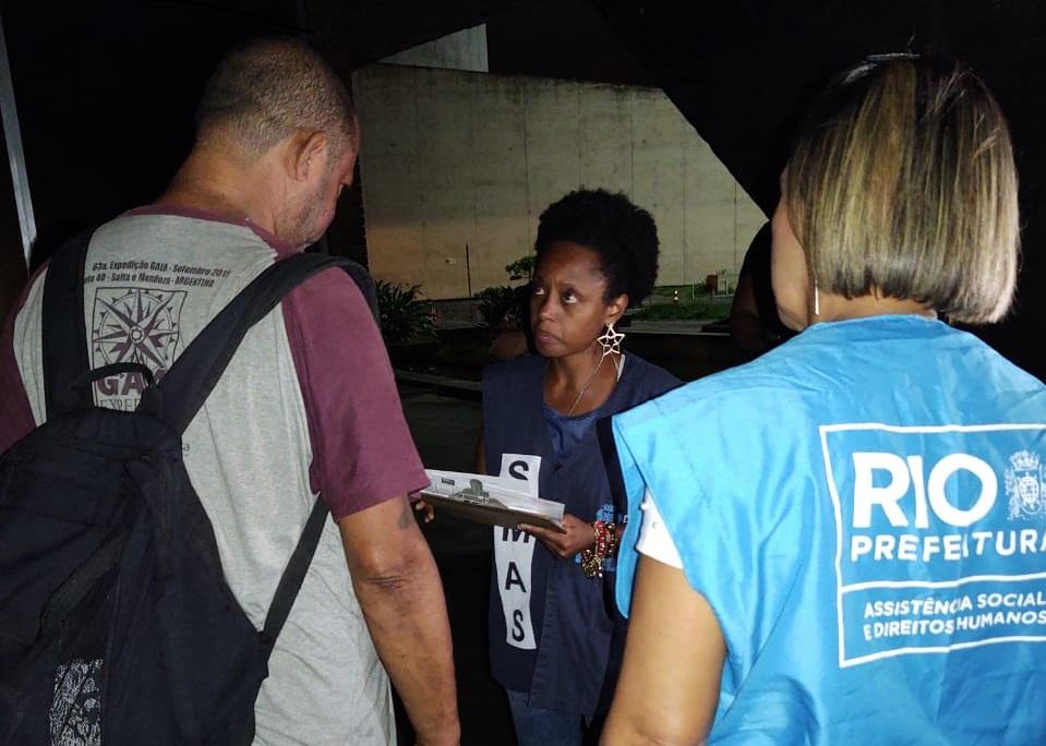Equipe aborda pessoa em situação de rua no Parque do Flamengo
