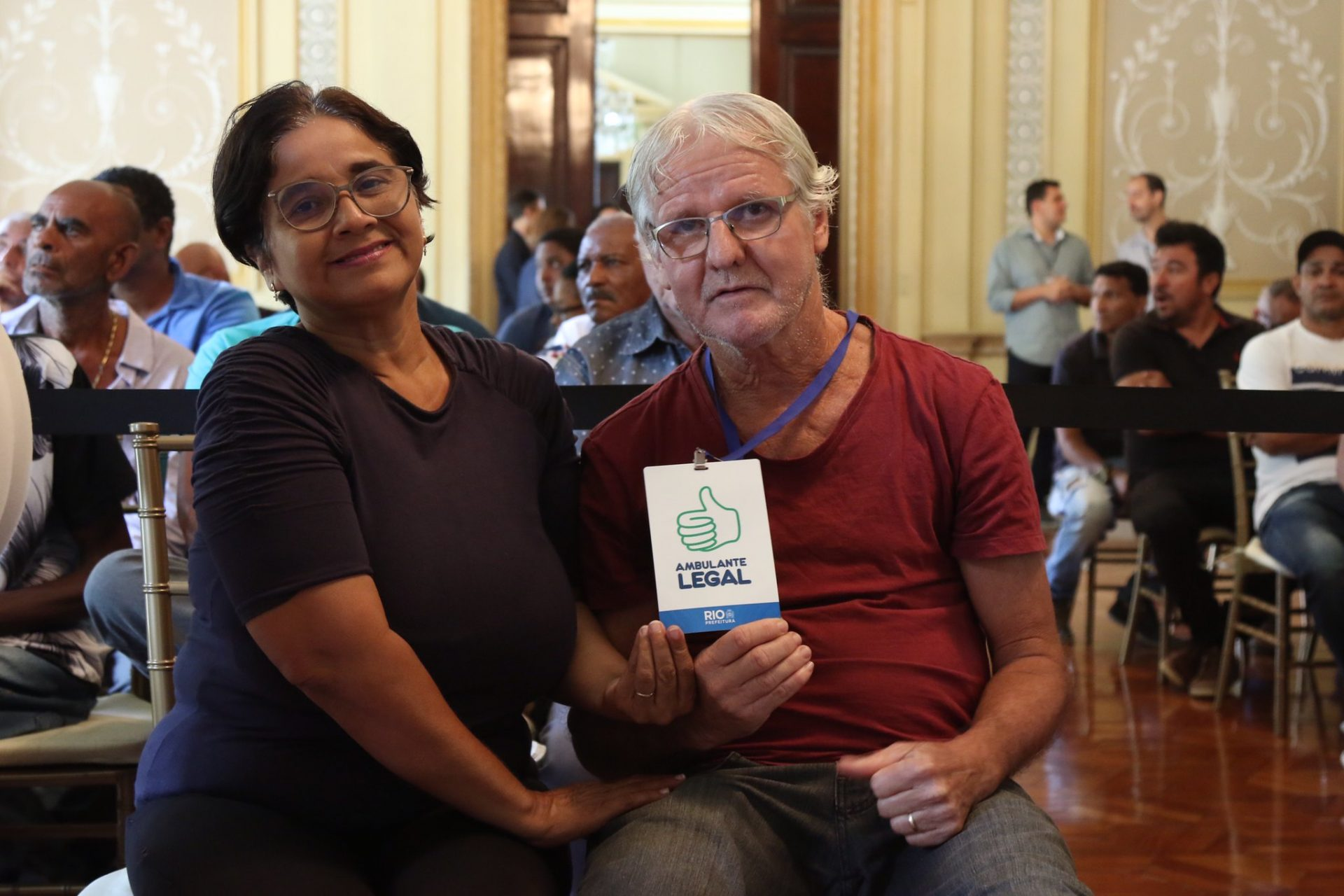 Carmem Regina e Paulo Roberto exibem o crachá do Ambulante Legal. Foto: Hudson Pontes / Prefeitura do Rio