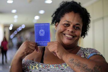 Jaqueline foi a primeira a chegar ao novo posto: fé em ter emprego. Foto: Marcos de Paula / Prefeitura do Rio