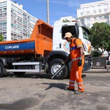 Gari faz limpeza em frente ao Copacabana Palace no Réveillon. Foto: divulgação
