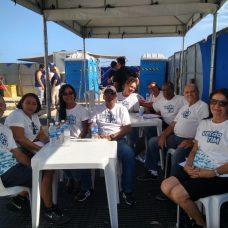 Idosos que trabalharam em evento na praia no fim de semana, graças ao programa Empregabilidade. Foto: divulgação