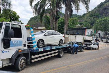 Reboque retira para depósito municipal veículo estacionado em local proibido no Itanhangá. Foto: divulgação
