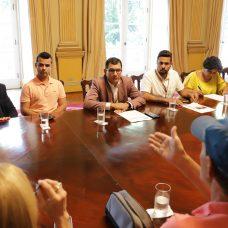 Nélio Georgini, coordenador municipal de diversidade sexual (ao centro da foto), faz mediação em reunião no Palácio da Cidade. Foto: Renee Rocha / Prefeitura do Rio
