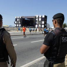 A pista da Avenida Atlântica está fechada aos veículos neste 1º de janeiro, ferirado. Mas a outra, junto aos prédios, está liberada para o trânsito. Foto: divulgação / Guarda Municipal