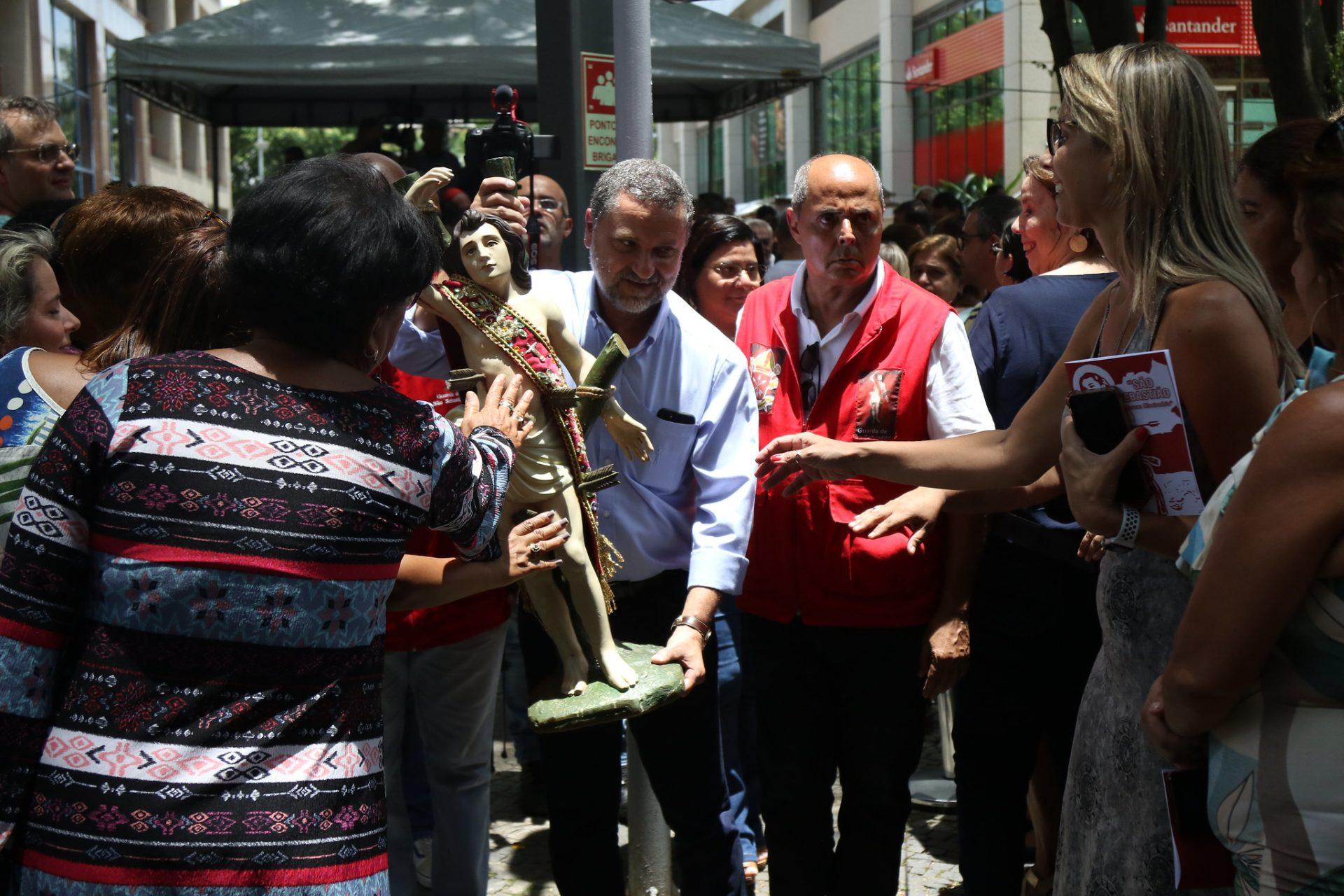 A imagem de São Sebastião, conduzida pelo secretário municipal de Infraestrutura, Sebastião Bruno, é tocada por fiéis no CASS. Foto: Hudson Pontes / Prefeitura do Rio