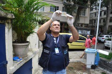Água distribuída pela Cedae é analisada pela Vigilância Sanitária. Foto: Nelson Duarte / Prefeitura do Rio