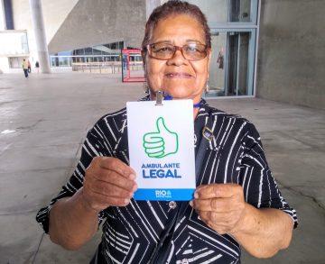Edigleide Marques comemorou a obtenção do seu crachá de identificação. Foto: Divulgação / Prefeitura do Rio