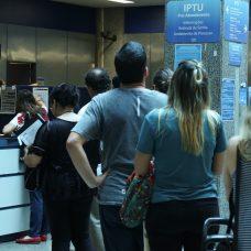 Fila para pegar o carnê do IPTU. Foto: Hudson Pontes / Prefeitura do Rio