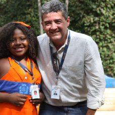 Larissa recebeu o crachá de gari mirim das mãos do presidente da Comlurb, Paulo Mangueira. Foto: Hudson Pontes / Prefeitura do Rio