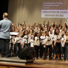 Orquestra de Vozes Meninos do Rio, formada por 40 alunos de escolas municipais, se apresenta de graça no Pier Mauá