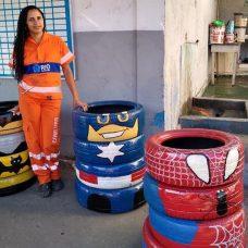 Jonaisa D'Ávila ao lado de suas criações