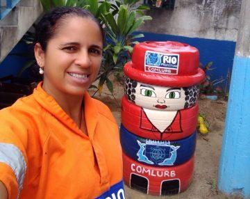 Jonaisa D'Ávila ao lado de uma das suas criações.