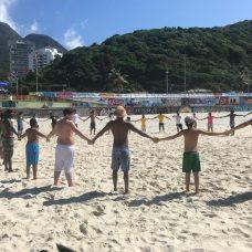 Mutirão de limpeza na praia, em São Conrado