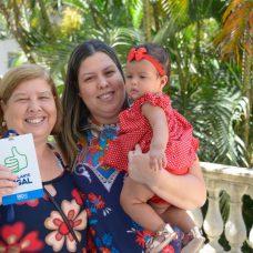 Marina exibe seu crachá, ao lado da filha Jaqueline e da neta Antonella. Foto: Marco Antonio Rezende / Prefeitura do Rio