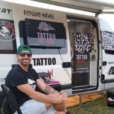 Leandro Azevedo da Silva é dono de um estúdio de tatuagem sobre rodas e espera ganhar novos clientes - Foto: Divulgação