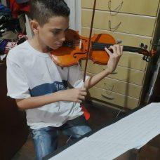 Orquestra formada por alunos de escolas municipais lança videoclipe gravado à distância