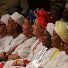 Baianas do acarajé não escondem a alegria com o decreto que regulamenta sua atividade. Foto: Hudson Pontes / Prefeitura do Rio
