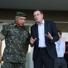 Crivella conversa com general Júlio Cesar de Arruda, comandante Militar do Leste, sobre medidas de combate ao coronavírus na cidade. Foto: Marcos de Paula / Prefeitura do Rio