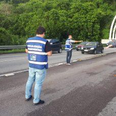Ação de fiscalização para coibir a circulação irregular de veículos na calha do BRT. Foto: Divulgação