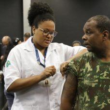 Militar é vacinado contra a gripe
