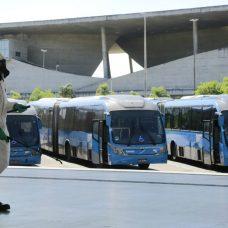Militares fazem desinfecção nas estação Alvorada, do BRT, para conter o avanço do coronavírus. Foto: Marcos de Paula / Prefeitura do Rio