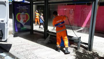 Gari faz o serviço de desinfecção no ponto de ônibus. Foto: Divulgação