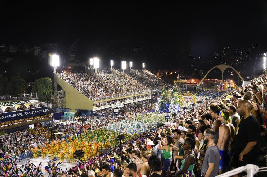 Público lota o Sambódromo em dia de desfile do Grupo Especial