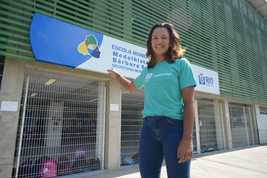 Atleta olímpica Bárbara Seixa visita escola municipal com seu nome