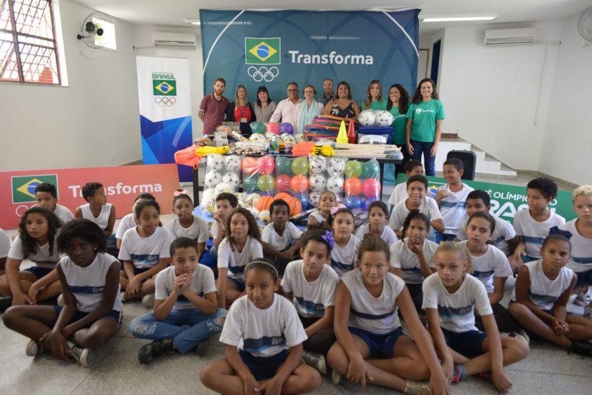 Escola olímpica de Pedra de Guaratiba recebe material esportivo do COB