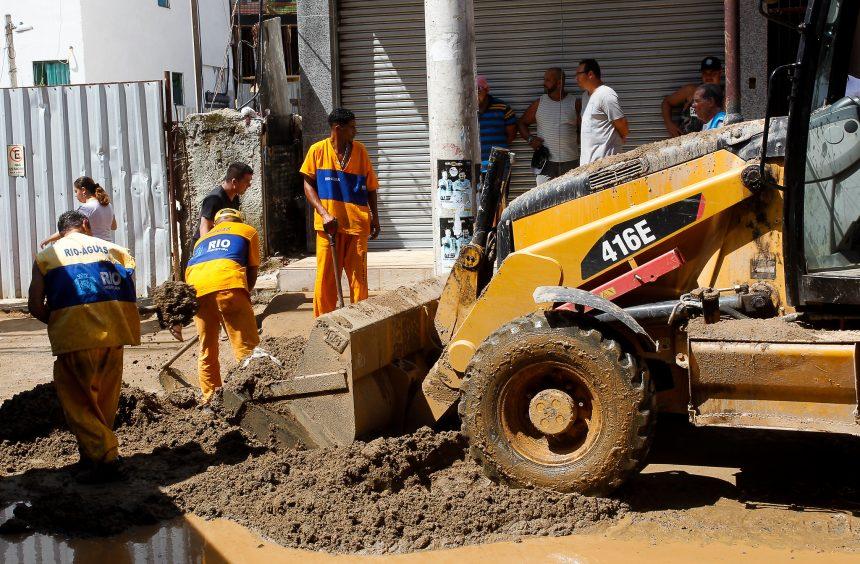 Funcionários da Prefeitura trabalham na retirada da lama na Muzema