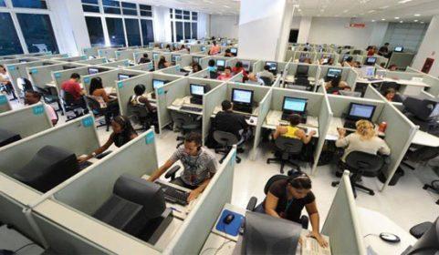 Profissionais atuam em serviço de telemarketing