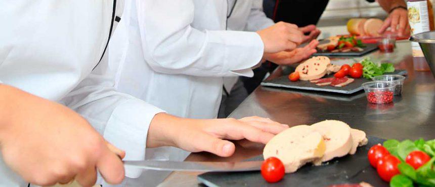 A função de ajudante de cozinha está entre as vagas ofertadas